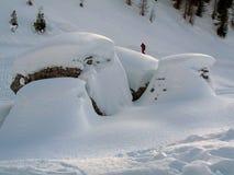 La roca capsuló por la nieve en invierno imagenes de archivo
