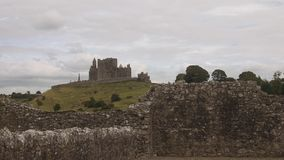 La roca de Cashel vista de ruinas de la abadía de Hore metrajes