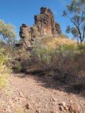 La roca de Corroborree y la pequeña cama de cala seca cerca de Ross Highway, al este de Alice Springs Imagen de archivo