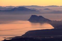 La roca de Gibraltar y de la costa africana Imagen de archivo libre de regalías