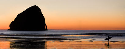 La roca de la persona que practica surf fotografía de archivo libre de regalías