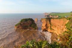 La roca de la piedra arenisca apila la bahía Devon England Reino Unido de Ladram situado en la costa jurásica imágenes de archivo libres de regalías
