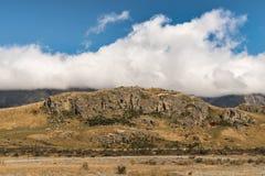 La roca de la tierra media fijó en el alto desierto, Nueva Zelanda Fotos de archivo