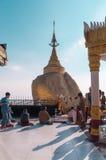 La roca de oro, Myanmar-febrero 21,2014: Pagoda de Kyaiktiyo Imagenes de archivo