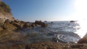 La roca del mar está rompiendo la onda de gran alcance almacen de metraje de vídeo