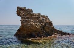 La roca en el mar azul Foto de archivo libre de regalías