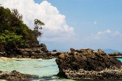 La roca en el mar claro Foto de archivo libre de regalías