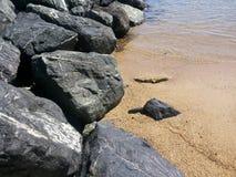 La roca en la playa Fotografía de archivo