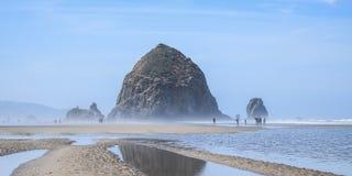 La roca icónica del pajar de la playa del cañón en Oregon, los E.E.U.U. imagenes de archivo