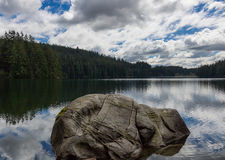 La roca marca con una cicatriz en el lago fotos de archivo libres de regalías