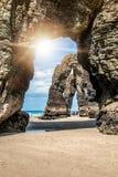 La roca natural arquea la playa de las catedrales y x28; playa de catedrales& x29; España imagen de archivo