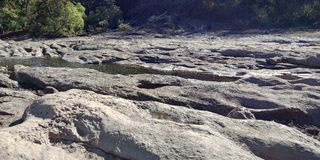 La roca negra con un río o una montaña, naturaleza ajardina, Lakhnadon la India, imagen tomada en febrero de 2018, fondo de los p imagenes de archivo