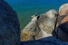 La roca/la piedra enormes históricas de la fe al borde de un acantilado - Wat Khao Kaw Saen, Songkhla Fotos de archivo