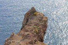La roca que ha colgado sobre el océano Imagenes de archivo