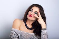 La roca que muestra modelo femenina feliz que hace muecas gesticula en el nec de la moda Imágenes de archivo libres de regalías