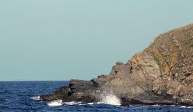 La roca, que parece tres cabezas una sobre la otra - un cocodrilo, un dragón y un elefante El Mar Negro, la playa de Sinemo foto de archivo