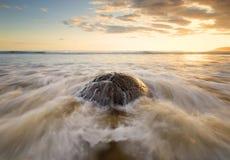 La roca sumergida por las ondas entrantes Imagen de archivo