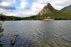La roca y el lago Borovoe de Okzhetpes, indican el parque natural nacional Imagen de archivo