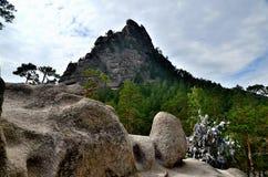 La roca y el lago Borovoe de Okzhetpes, indican el parque natural nacional Foto de archivo