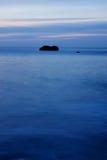 La roca y el mar Imágenes de archivo libres de regalías
