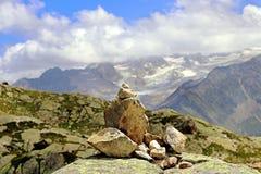 La roccia accatasta l'orientamento dei cairn su una montagna Fotografia Stock Libera da Diritti