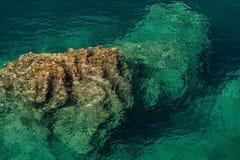 La roccia aumenta da un fondale marino Fotografia Stock Libera da Diritti