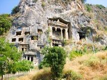 la roccia con il resto delle tombe antiche di Lycian fotografia stock libera da diritti