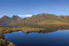 La roccia del ghiacciaio trascura sulla colomba Tasmania del lago Immagine Stock