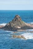 La roccia della piramide nella vista del mare dalla costa dell'isola di Phillip dello stato di Victoria dell'Australia Fotografia Stock