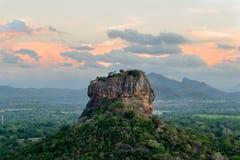 La roccia di Sigiriya davanti ad un tramonto fotografia stock