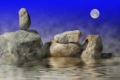 La roccia di zen si siede da solo sotto la luna Fotografia Stock
