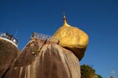 La roccia dorata in Kyaikto, Myanmar Immagine Stock