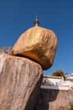 La roccia dorata, Myanmar-febbraio 21,2014: Pagoda di Kyaiktiyo Fotografie Stock