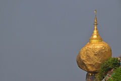 La roccia dorata popolare nel Myanmar con il cielo grigio (spazio) a sinistra può essere usata dal progettista per il messaggio Immagini Stock