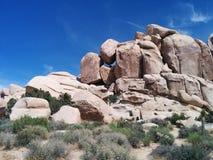 La roccia equilibrata crea la lacuna sulla montagna fotografia stock