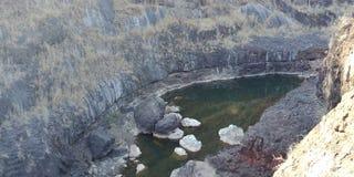 La roccia nera con un fiume o le montagne, natura abbellisce, Lakhnadon India, immagine presa febbraio 2018, fondo dei paesaggi fotografie stock libere da diritti