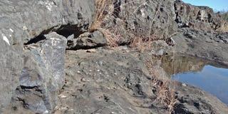 La roccia nera con un fiume o una montagna, natura abbellisce, Lakhnadon India, immagine presa febbraio 2018, fondo dei paesaggi fotografia stock libera da diritti