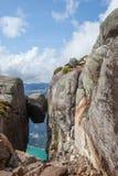 La roccia norvegese famosa; Il bullone di Kjerag Fotografie Stock Libere da Diritti