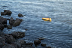La roccia sta fuori dal raggiungimento dalla luce del sole Fotografia Stock Libera da Diritti