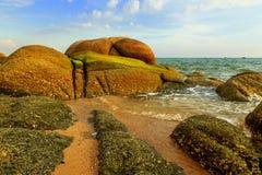 La roche à la plage de mer Images stock