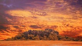 La roche accrochante, bâti Macedon s'étend, coucher du soleil Images stock
