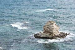 La roche au milieu de la mer Photo stock