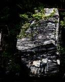 La roche déchiquetée font face à la rivière de CT photos stock