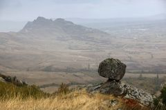 La roche défie des lois de la gravité - région de Prilep, Macédoine images stock
