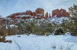 La roche de cathédrale dans Sedona AZ a couvert de neige photos libres de droits