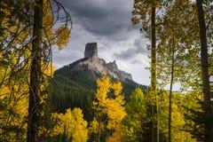 La roche de cheminée s'est allumée par la lumière de fin de l'après-midi dans l'automne Photo libre de droits