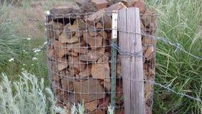 La roche de lave soutient la barrière et le courrier photos libres de droits