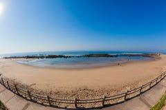 La roche de marée de plage met des vacances en commun d'océan Image libre de droits