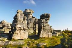 La roche domine les montagnes géantes Photo libre de droits
