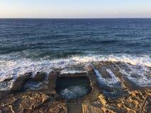 la roche du 19ème siècle a coupé des bains de natation sur la côte de Meiterrranean Photos stock